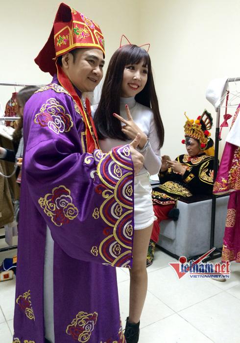 NSND Tự Long được rất nhiều fan hâm mộ xin chụp ảnh cùng.