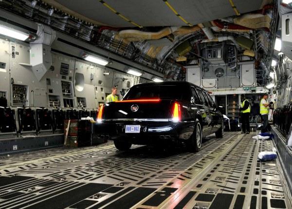 Nhân viên hàng không Mỹ đưa chiếc limousine của Tổng thống Obama tới Ghana, năm 2009.