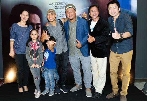 Gia đình Phạm Anh Khoa vui vẻ hội ngộ đạo diễn Phan Gia Nhật Linh (thứ ba từ phải qua) và hai diễn viên Quách Tĩnh, David Trần. Phan Gia Nhật Linh từng gây ấn tượng với bộ phim đạt doanh thu hơn 100 tỷ đồng Em là bà nội của anh.