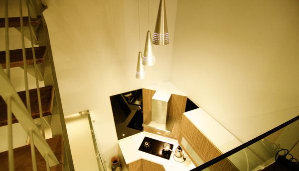 Từ trên nhìn xuống sẽ thấy bếp thông qua sàn kính của tầng lửng.