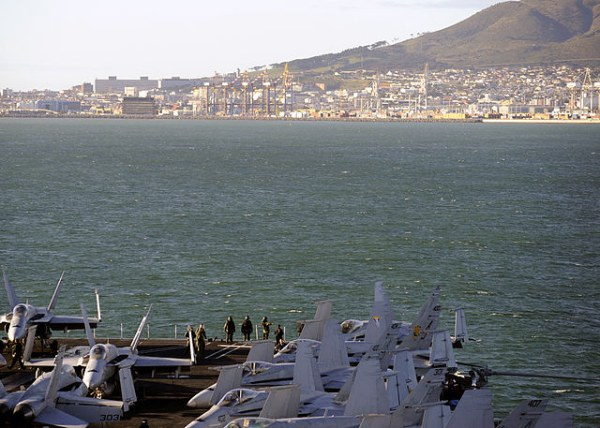 Trong chuyến công du của ông Obama tới Cape Town, các tàu hải quân Mỹ đã lập trung tâm cấp cứu ngay ngoài khơi.