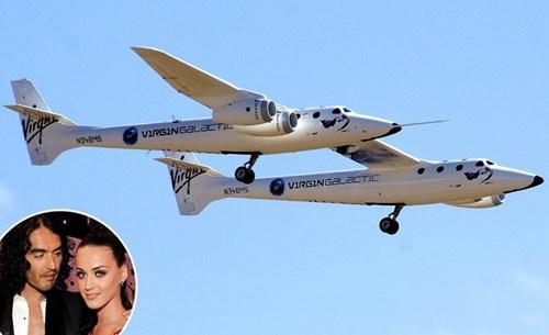 Khi còn là vợ chồng, Katy Perry đăng ký cho Russell Brand một chuyến du lịch ngoài vũ trụ trị giá 200.000 USD nhân sinh nhật lần thứ 35. Họ chia tay trước khi có thể thực hiện chuyến bay đặc biệt này.