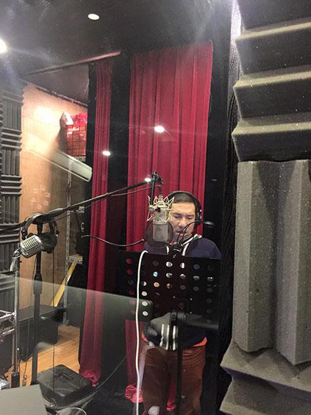 Nghệ sỹ Quang Thắng đã bắt tay phần ca khúc do mình thể hiện trong Táo Quân. Ảnh: MQ.