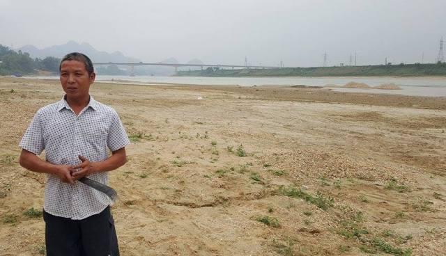 """Ông Nguyễn Văn Thái cho biết: """"Ý kiến chính quyền mãi chẳng được, chúng tôi đành phải tự canh đất"""". Ảnh: Cao Tuân"""