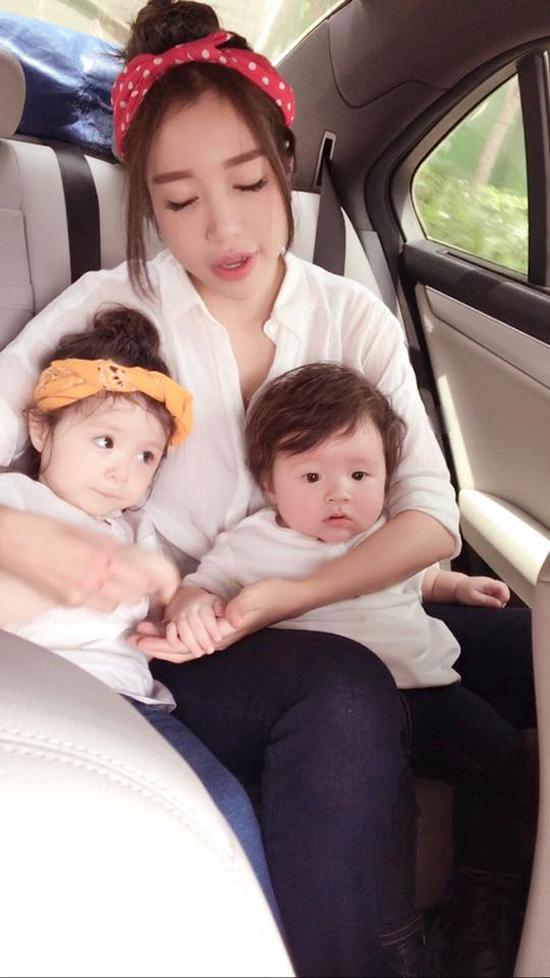 Váy áo hiệu Burrerry được Elly Trần sắm sửa cho con gái, con trai.
