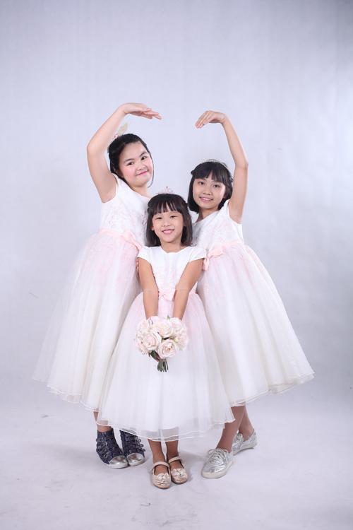 Thái An (giữa), con gái riêng của Thái Thùy Linh rất gần gũi với các chị.