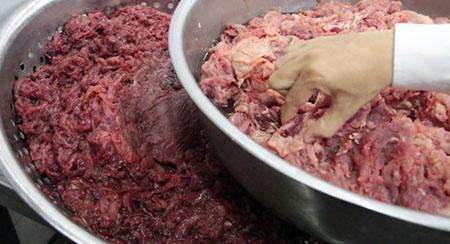Đây không phải lần đầu người tiêu dùng Việt kinh hãi khi hàng loạt vụ việc làm giả thịt bò, ngâm thịt với hóa chất độc hại bị phanh phui. Tháng 2/2016, chi cục thú y TP HCM phát hiện cơ sở sản xuất hàng giả của Công ty TNHH Bính Hạnh tại 209/14 Lê Văn Sỹ, phường 13, Q.3, TP HCM đang chế biến thịt heo thành thịt bò. Thịt heo mua về được sơ chế rồi ngâm vào dung dịch huyết bò pha với hóa chất Metabisulfite. (Ảnh: Tuổi Trẻ)