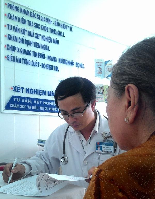 Ths.BS Lê Đồng Tuấn, một chuyên gia dạn dày kinh nghiệm dấn thân phục vụ người dân P. Thảo Điền, thời gian ít nhất 12 tháng, còn thời điểm kết thúc chương trình cắm sàocòn chưa xác định. Ảnh: Đỗ Bá