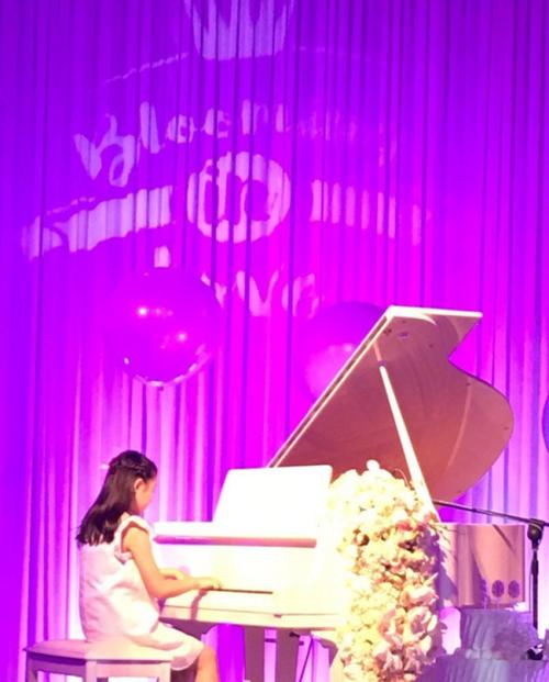 Con gái riêng của ca sĩ Uông Phong, bé Manxi chơi pianno tặng em gái.