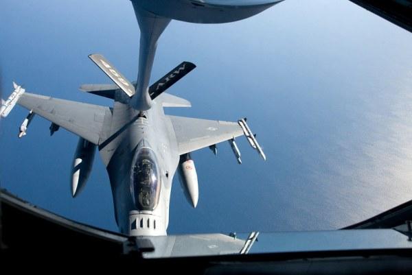 Máy bay chiến đấu của Không lực Hoa Kỳ hộ tống chuyên cơ của Tổng thống, sẵn sàng can thiệp khi có máy bay lạ tới gần.