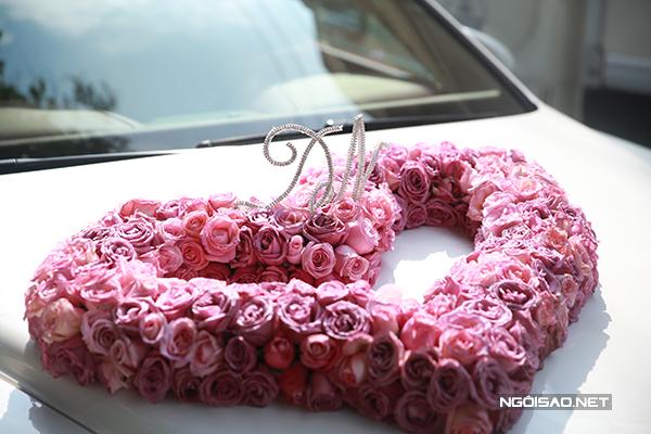 Hình ảnh trái tim kết từ những bông hồng với hai chữ cái đầu tiên trong tên của Trang Nhung - Hoàng Duy nổi bật trên nền xe trắng.