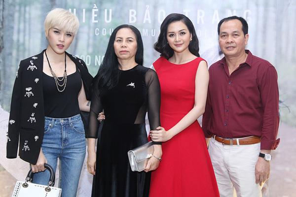 Bố mẹ và em gái của Thiều Bảo Trang - ca sĩ Thiều Bảo Trâm.