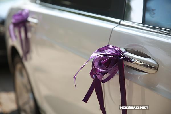 Chiếc nơ ruy băng nhỏ làm xe cưới thêm điệu đà.