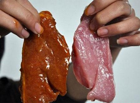 Năm 2014, một cơ sở chế biến thịt bò khô từ phổi lợn và nội tạng động vật bẩn tại TP HCM đã bị cơ quan chức năng phát hiện. Nguyên liệu làm bò khô bẩn được đổ đống dưới nền nhà. Một số mảnh phổi lợn sau khi thái mỏng được mang đi phơi trên bờ rào và khu giàn phơi tạm bợ trong tình trạng ruồi bâu kín. (Ảnh minh họa)