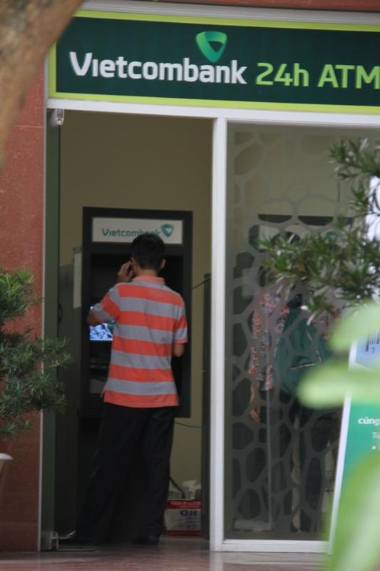 Nhiều người không rút được tiền trong cột ATM, khi vào trụ sở hay các phòng giao dịch của Vietcombank cũng không rút được tiền. Ảnh: Đức Hoàng