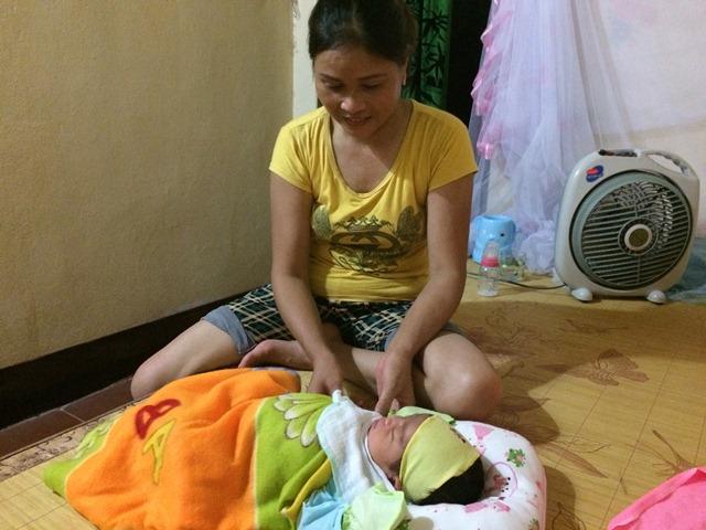 Chị Kim Thị Nhị, người đầu tiên phát hiện bé trước cổng chùa đồng thời cũng là người chăm sóc chính cho bé trong suốt những ngày vừa qua. Ảnh: N.Mai