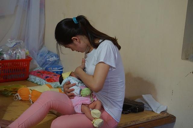 Người bà mẹ đang nuôi con nhỏ cũng tranh thủ đến cho bé Diệu Ngọc bú. Ảnh: N.Mai