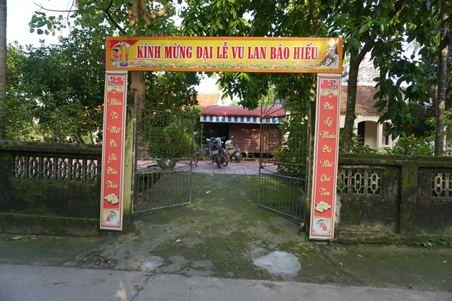 Bé gái được đặt ở cổng chùa thuộc thôn Mỹ Tiên (Bột Xuyên, Mỹ Đức, Hà Nội). Ảnh: N.Mai