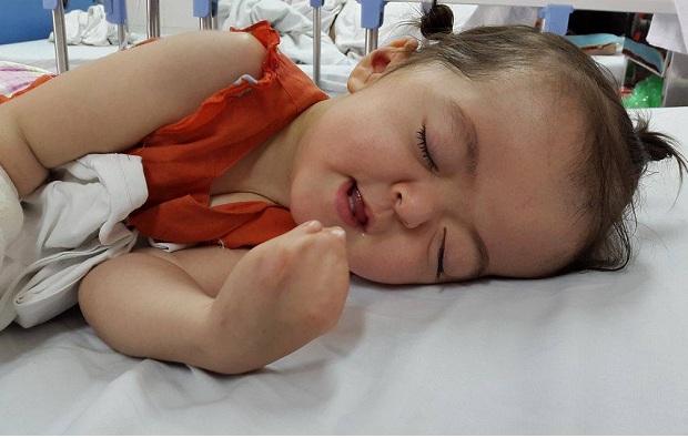 Đây là lần phẫu thuật thứ 3 của cháu Quỳnh Anh, tới đây cháu sẽ phẫu thuật tiếp nhưng gia đình quá khó khăn chưa biết xoay ra sao. Ảnh PT