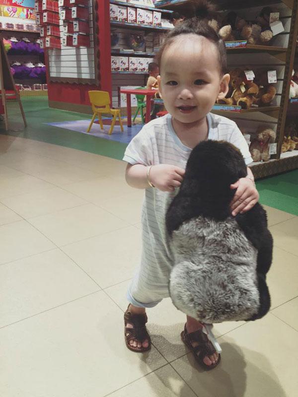 Cậu bé chính là trái ngọt tình yêu giữa người đẹp Diễm Hương và người chồng hiện tại.