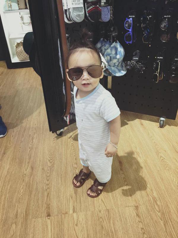 Cậu bé thích thú khi được bố mẹ cho đi mua sắm và dạo chơi.