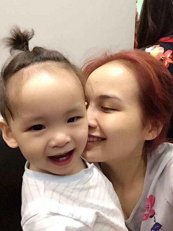 Cũng như bao người phụ nữ khác, bản năng làm mẹ giúp cô tự tin với vai trò của mình. Hiện tại, Diễm Hương bắt đầu trở lại làng giải trí bằng một vai diễn mới.