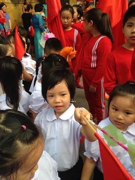 Háo hức tay cầm cờ hoa, vui cùng bạn mới lớp 1.