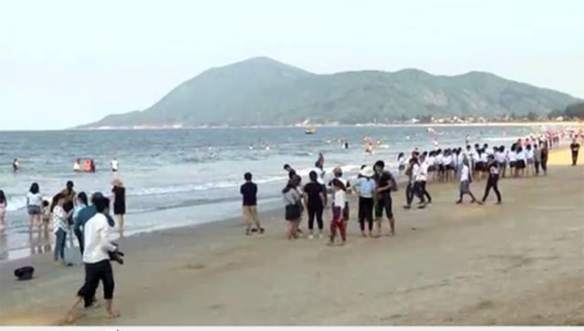 Du khách đổ về biển Thiên Cầm dịp 30/4-1/5 vừa qua. Ảnh: DT