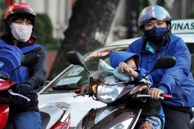 Để tránh đau đầu do thời tiết, do trời lạnh, mọi người nên mặc ấm, đội mũ, quàng khăn che phần trán, đỉnh đầu, hai bên tai và cổ. Ảnh: T.G