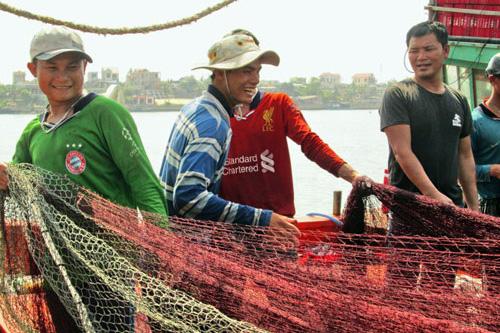 Ngư dân xã Bảo Ninh (TP Đồng Hới, Quảng Bình) chuẩn bị lưới để tiếp tục ra khơi. Ảnh: L.G
