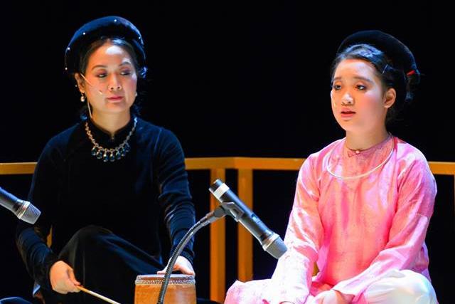 Hai mẹ con ca nương Phạm Thị Huệ. Ảnh: TL