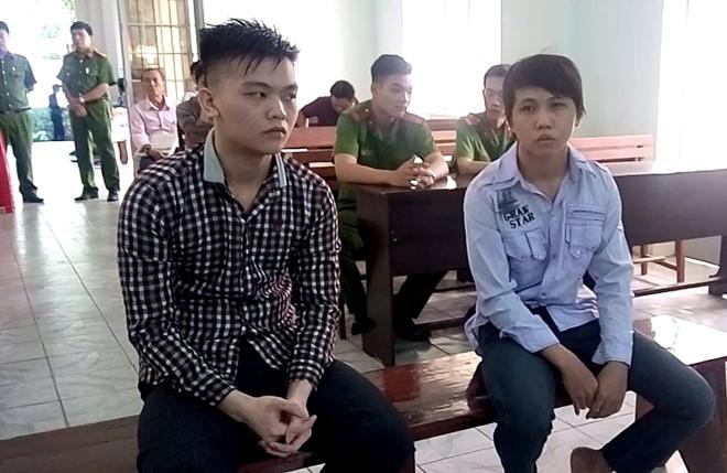 Hai thanh niên cướp bánh mì tại tòa sáng 20/7. Ảnh: Hồ Đông