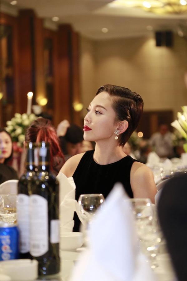 Đến đám cưới người bạn thân thiết Nhật Thu, cô luôn chăm chú theo dõi sự kiện.