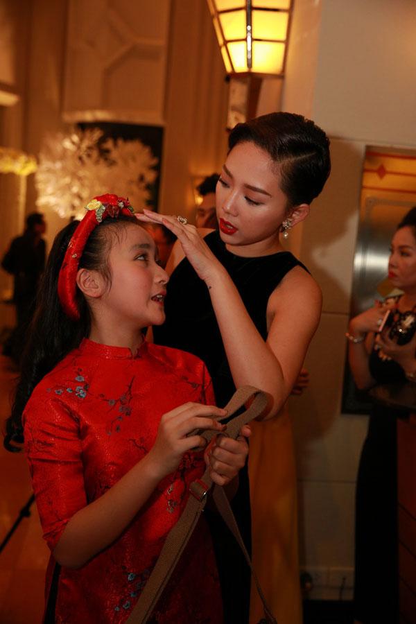 Tóc Tiên thân thiết với em gái của ca sĩ Nhật Thu.