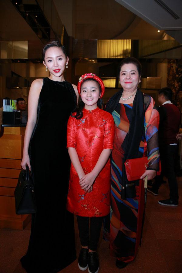 Cô vui vẻ chụp hình kỉ niệm cùng người nhà của ca sĩ Nhật Thu.