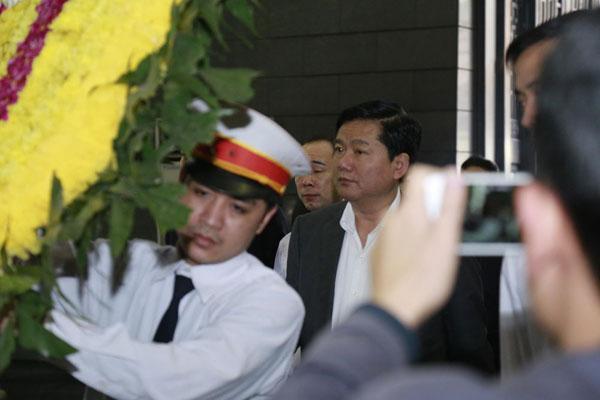 Bí thư Thành Ủy TP.HCM, Đinh La Thăng đã đến từ rất sớm để tiễn đưa người em Trần Lập.