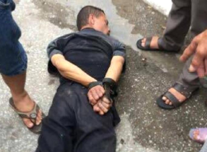 Hung thủ bị người dân bắt giữ. Ảnh: CTV