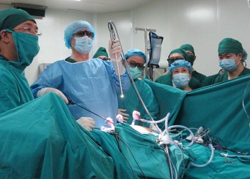 GS Leroy (thứ 2 từ trái qua) cùng các đồng nghiệp phẫu thuật nội soi cho bệnh nhân (Ảnh: TL)