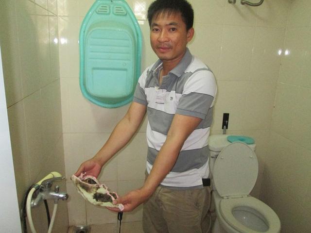 Vì nhiều lý do liên quan đến lưu trữ hoặc vệ sinh..., nước sạch sau đó thành nước bẩn. Ảnh: Ngọc Thi