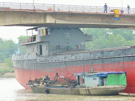 tàu quá khổ Thành Luân 28 đã đâm vào cầu An Thái gây sập, gẫy dầm cầu