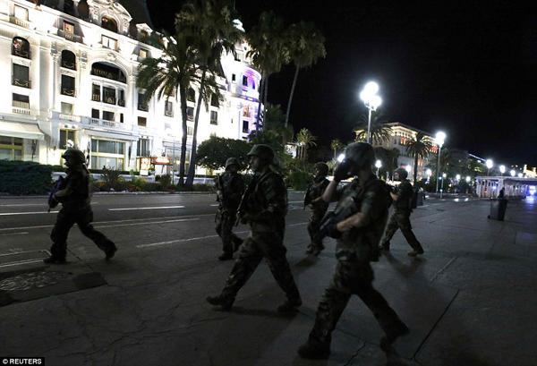 Ngoài phong tỏa hiện trường và cứu hộ người bị nạn, thành phố Nice còn được tăng cường lực lượng cảnh sát để bảo vệ người dân và truy quét các thành phần khủng bố cực đoan.