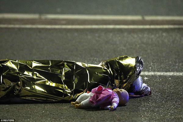 Một bé bị giết trên trong vụ tấn công tại thành phố miền Nam nước Pháp, thành phố Nice. Cô bé bị giết trong khi đang ôm búp bê và xem pháo hoa cùng gia đình.