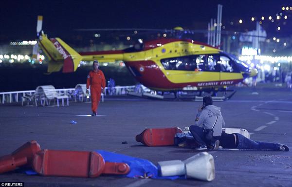Máy bay cứu hộ cũng kịp thời đến cứu viện người đang bị thương.