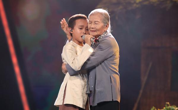 Nghệ sĩ Phi Điểu đã góp phần làm cho tiết mục bà Năm của Hồ Văn Cường thành công và đẹp hơn trong mắt người yêu nhạc.