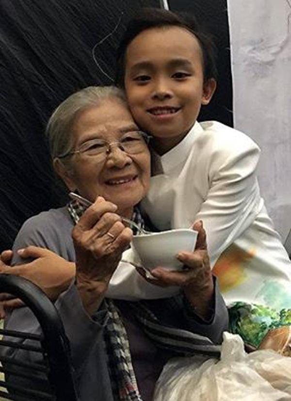 Hành động đi lấy đồ ăn cho Ns Phi Điểu cho thấy Hồ Văn Cường là cậu bé chu đáo tình cảm và sống biết trước biết sau.