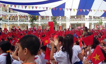 Sân trường Tiểu học Hoàng Liệt rợp cờ hoa của học sinh trong lễ Khai giảng.