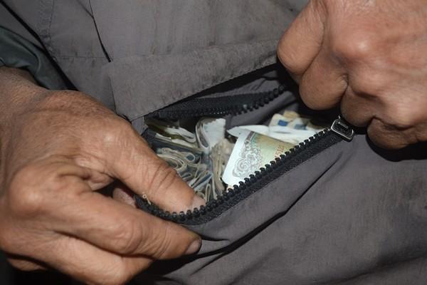 Nếu được ai cho tiền, họ nhanh chóng mở khoá bỏ tiền vào túi bên trong áo. Sau đó lại ngửa mũ ra xin tiếp.