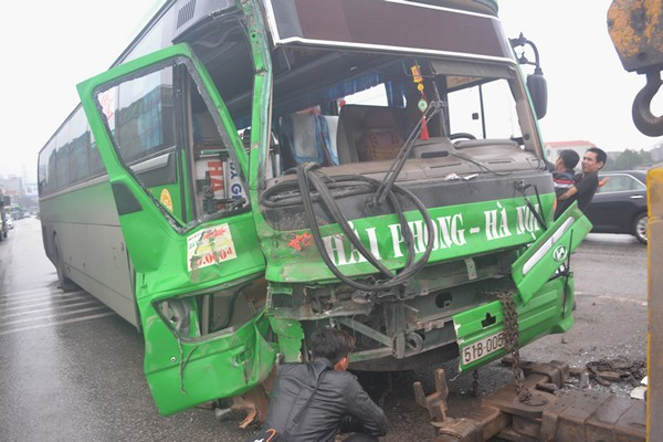Phần đầu chiếc xe khách bị hư hỏng nặng sau cú tông mạnh. Ảnh: Đ.Tuỳ