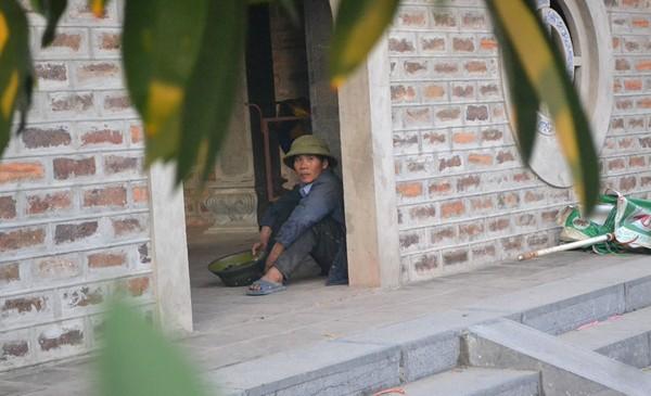 Còn đây là hai đối tượng là vợ chồng. Người đàn ông nằm ngửa nép mình ngay cổng ra vào. Người đàn bà ngồi cạnh cổng Tam quan hướng mắt về phía trước quan sát.