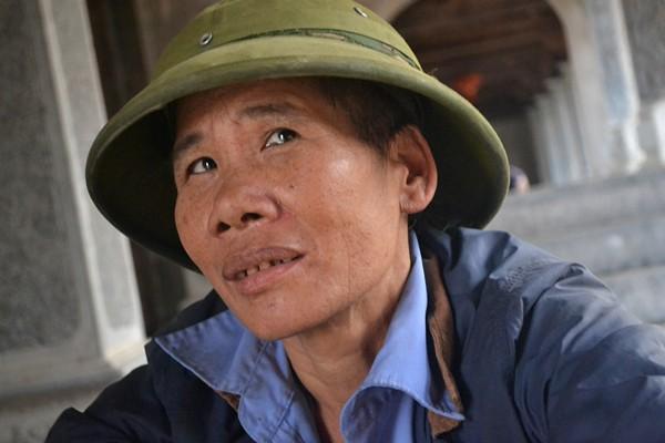 Người đàn này cho biết:  Nhà ở Đền Mẫu, tranh thủ lúc chưa cấy nên về các nơi xa để xin tiền. Chỉ xin đến mồng 7 Tết là về làm ruộng.